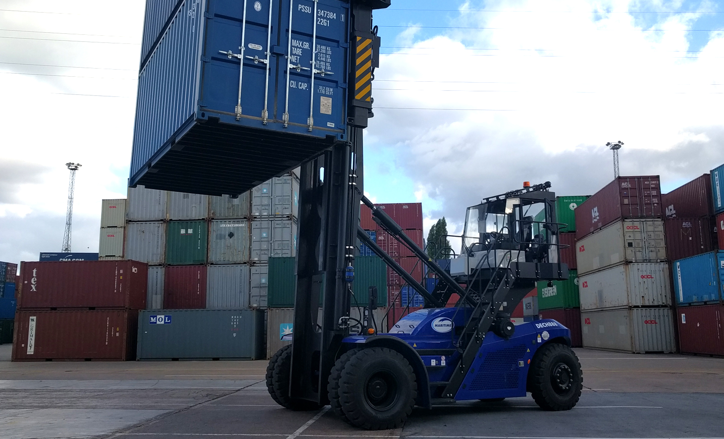 new container handler lands in leeds containers uk haulier. Black Bedroom Furniture Sets. Home Design Ideas